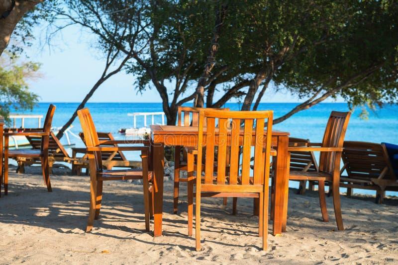 Koffie op een tropisch strand stock afbeelding