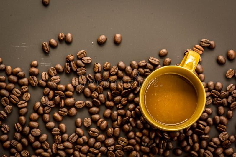 Koffie op grunge donkere achtergrond royalty-vrije stock fotografie