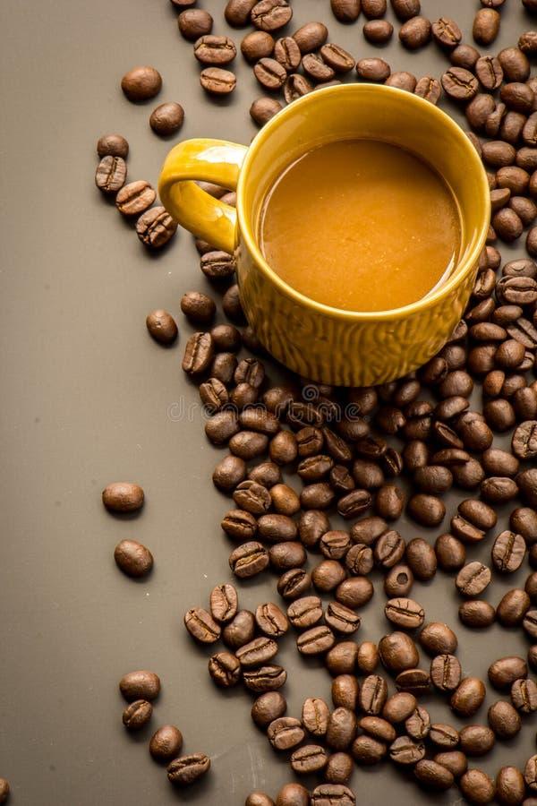 Koffie op grunge donkere achtergrond stock fotografie