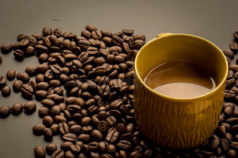 Koffie op grunge donkere achtergrond royalty-vrije stock foto's
