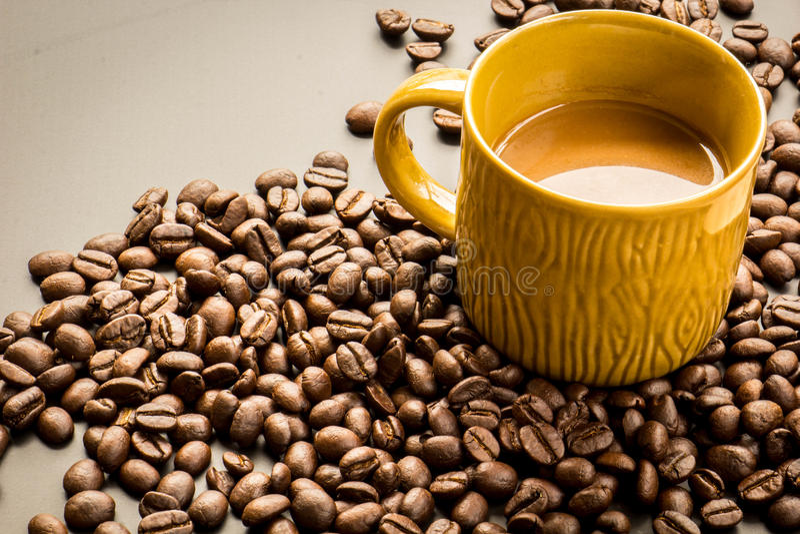 Koffie op grunge donkere achtergrond stock foto