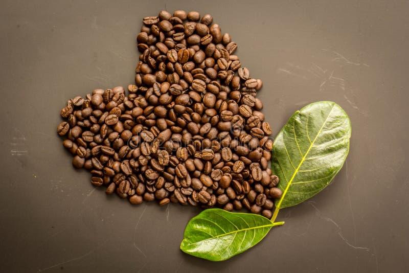 Koffie op grunge donkere achtergrond royalty-vrije stock afbeeldingen