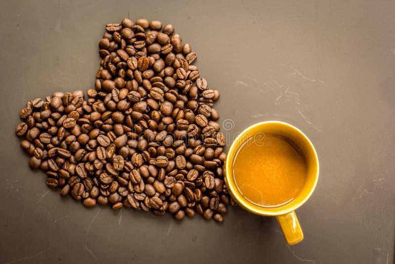 Koffie op grunge donkere achtergrond stock afbeelding