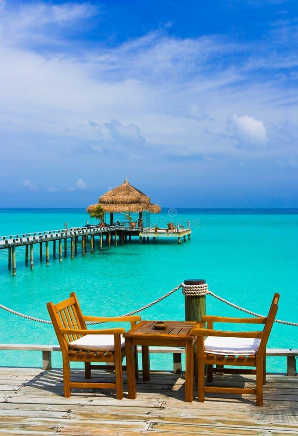 Koffie op het strand royalty-vrije stock fotografie