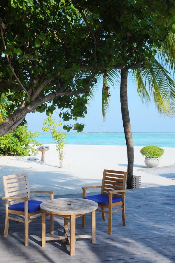 Koffie op het strand van de Maldiven stock foto