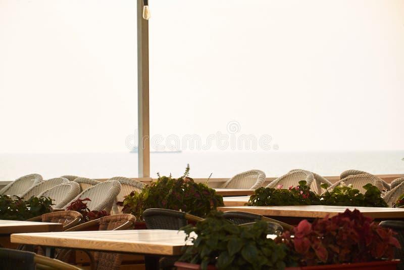 Koffie op het terras dichtbij het overzees in zonsondergang royalty-vrije stock foto's