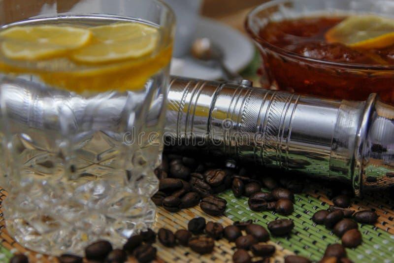Koffie op houten lijst en oude handkoffiemolen stock foto