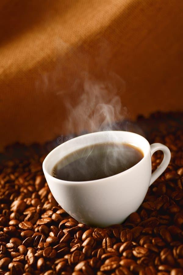 Koffie op koffie-bonen 3 royalty-vrije stock afbeeldingen