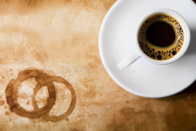 Koffie op oud document met ronde koffievlekken stock foto's