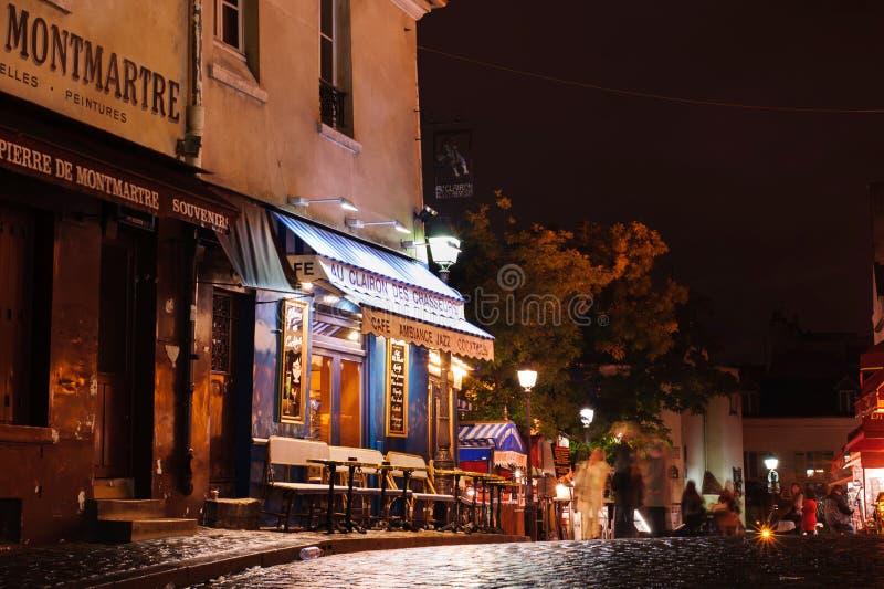 Koffie op vierkant in 's nachts Montmartre 12 oktober, 2012 Parijs, Frankrijk royalty-vrije stock foto