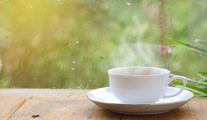 Koffie in regenachtige dag royalty-vrije stock afbeeldingen