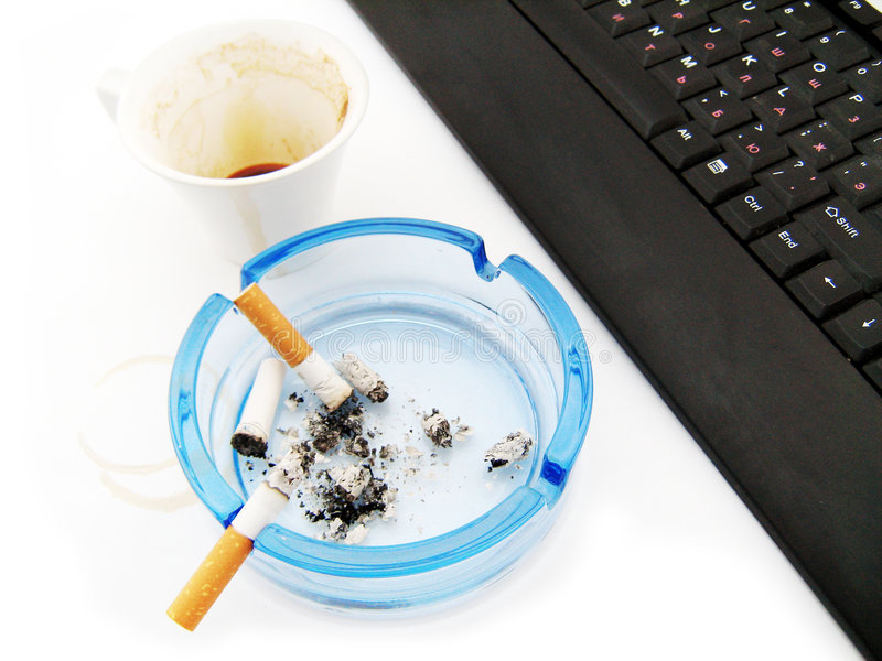 Koffie, sigaret en toetsenbord stock afbeelding