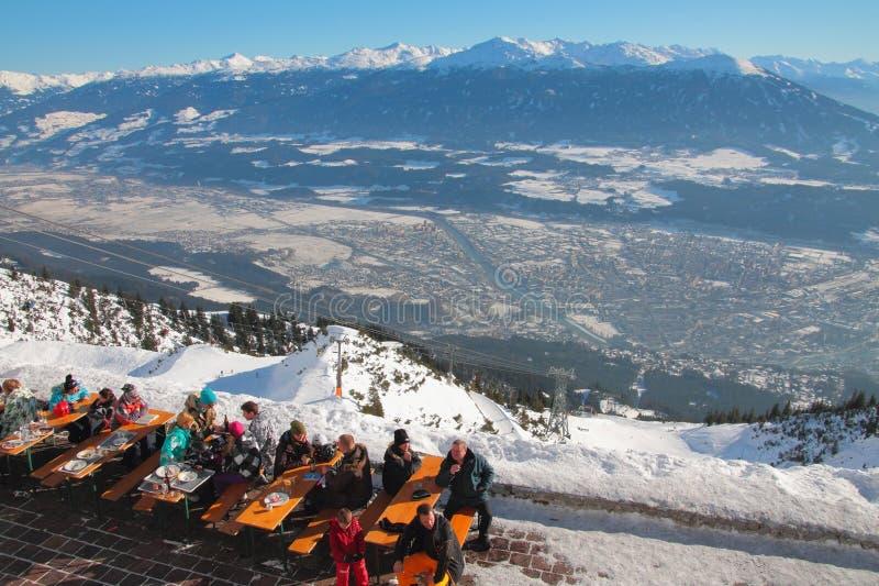 Koffie in skitoevlucht Innsbruck, Oostenrijk royalty-vrije stock afbeelding