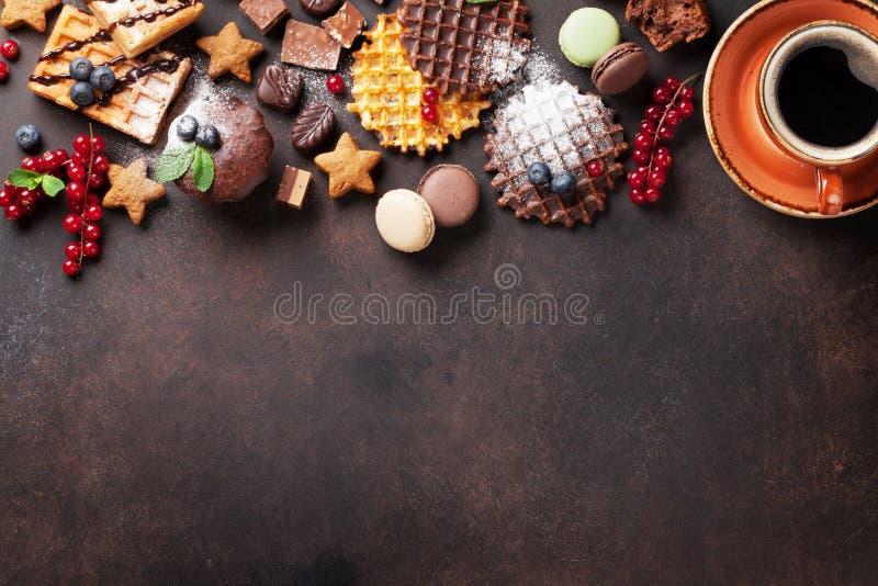 Koffie, snoepjes en wafels met bessen royalty-vrije stock foto's
