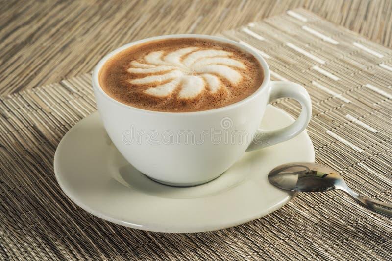 Koffie spiraalvormige cappuccino latte met houten achtergrond, het knippen inbegrepen weg royalty-vrije stock afbeeldingen