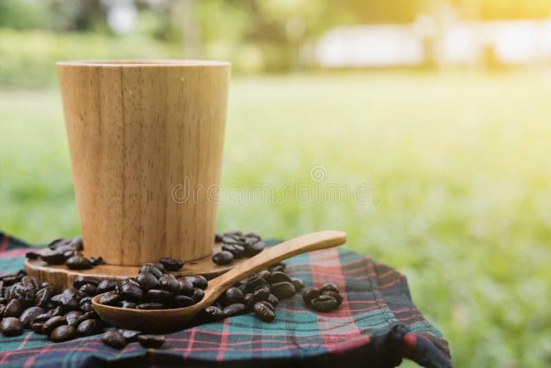 Koffie in tuin royalty-vrije stock afbeelding