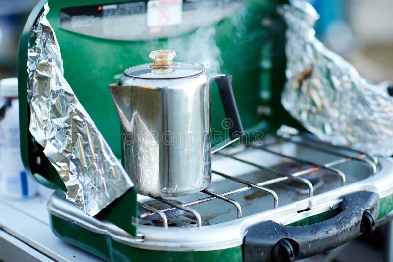 Koffie of water die op een brander koken stock afbeeldingen