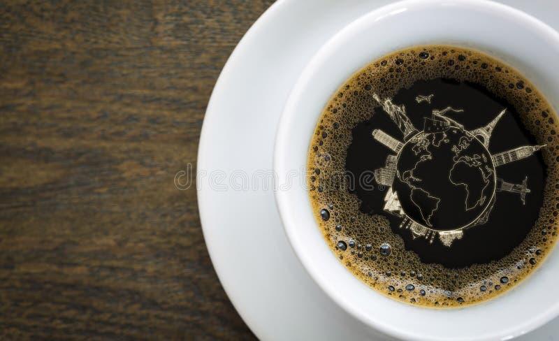 Koffie in witte kop op lijst met reizend concept stock foto