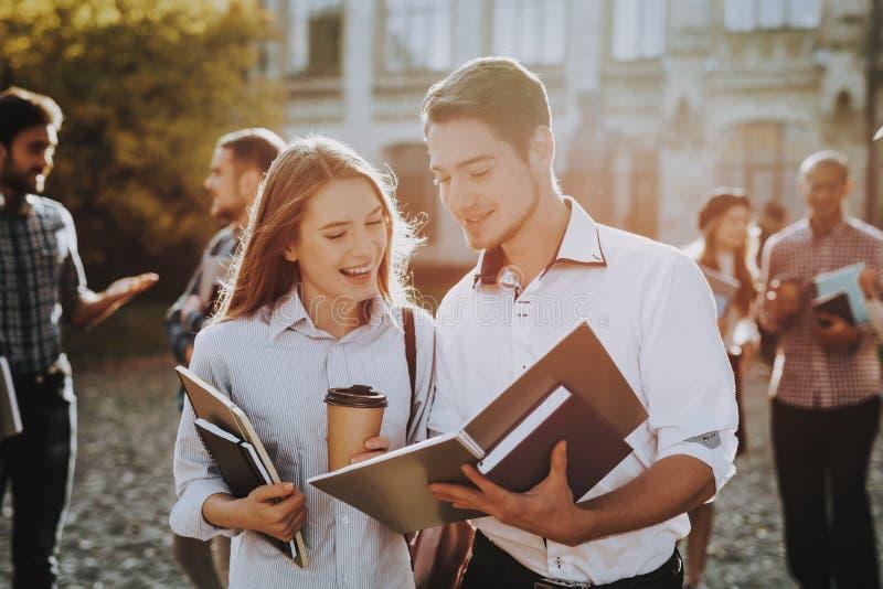 Koffie Zonnige dag Holdingsboek gelukkig binnenplaats royalty-vrije stock afbeeldingen
