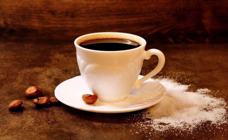 Koffie Zwarte koffie drank Hete Drank Zwarte koffie in een witte kop Gemorste suiker stock afbeelding