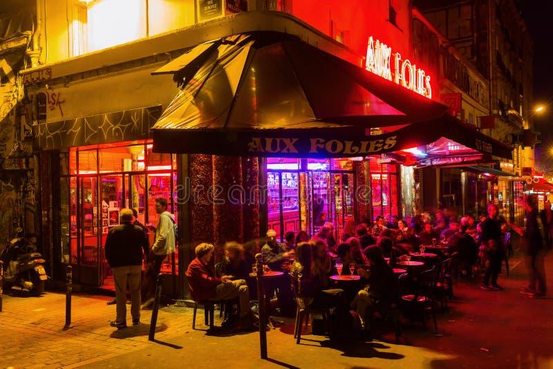 Koffiebar in het Parijse district Belleville bij nacht royalty-vrije stock fotografie