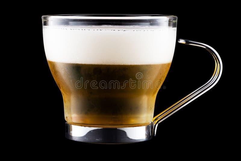 Koffiebeker met bier geïsoleerd op zwarte achtergrond stock fotografie