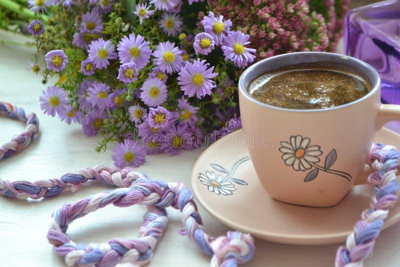 Koffiebeker Vintage-beeldstijl, 's morgens in viool en wit stock foto