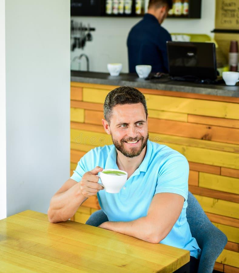 Koffiebezoeker geniet het gelukkige het glimlachen gezicht koffie van drank Verbeter algemene gezondheid Neem ogenblik om om zich royalty-vrije stock foto