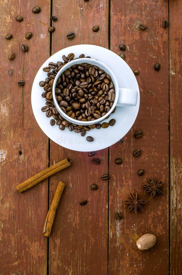 Koffiebonen in de kop, stokken van kaneel en sterren van anijsplant royalty-vrije stock foto's