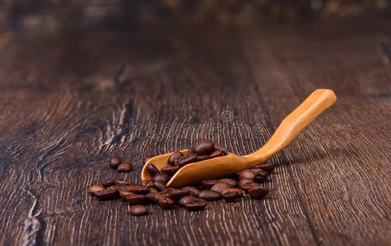 Koffiebonen in een oude houten lepel royalty-vrije stock foto