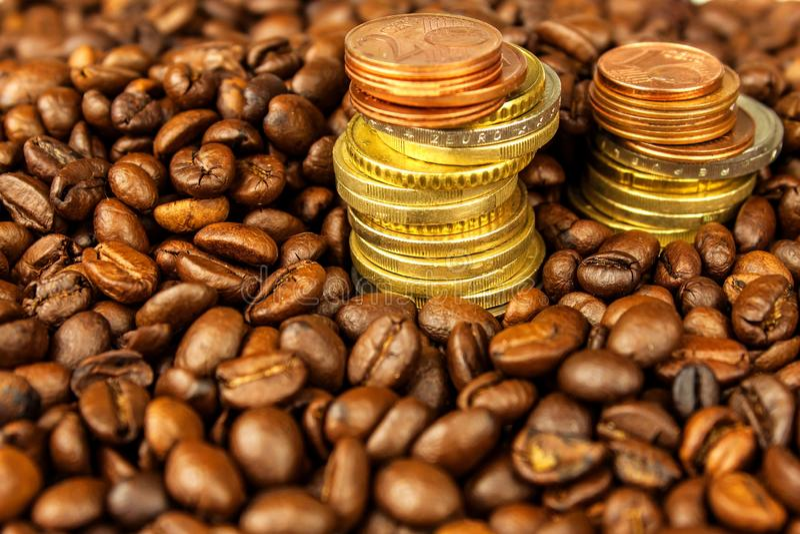 Koffiebonen en geld Eerlijke handel Verkoop van koffie Goederenhandel Verse koffiebonen Kolom van Euro muntstukken stock foto