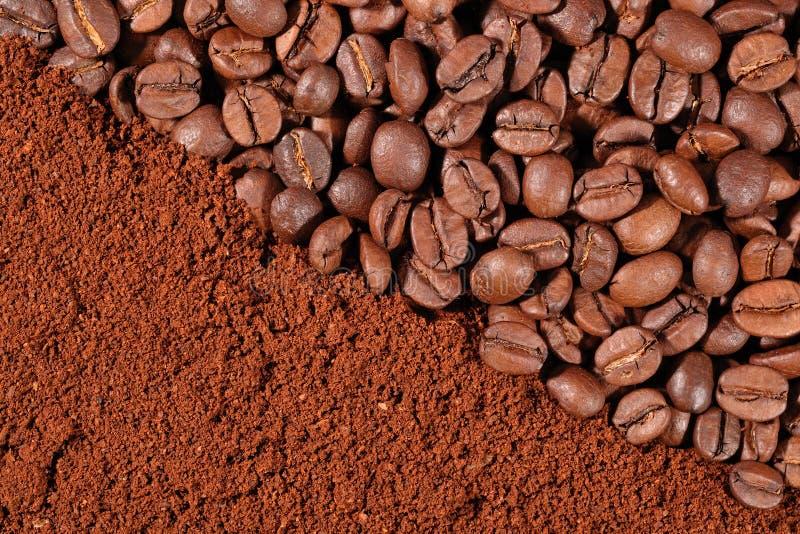 Koffiebonen en gemalen textuur stock afbeelding