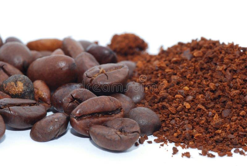 Koffiebonen en grondkoffie stock afbeeldingen
