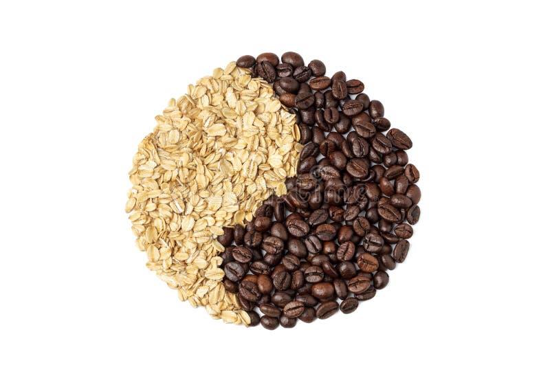 Koffiebonen en havermout die een yin yang-symbool vormen op een witte achtergrond, isoleren Ontbijt concept met koffie en royalty-vrije stock afbeelding