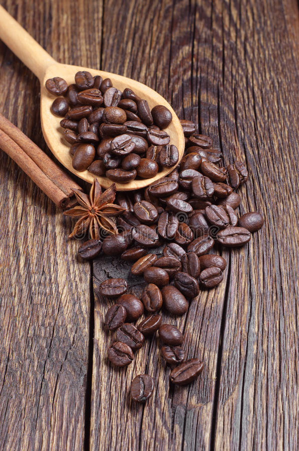 Download Koffiebonen En Houten Lepel Stock Afbeelding - Afbeelding bestaande uit lepel, ingrediënt: 54083597