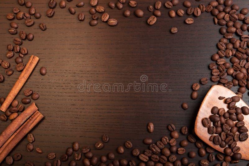 Koffiebonen en kaneel op bruine lijst met ruimte voor tekst stock foto's