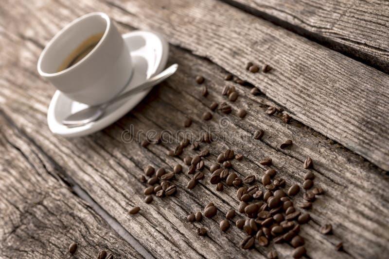 Koffiebonen en koffie op een rustieke lijst stock foto's