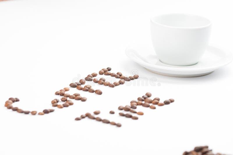 Koffiebonen en koffiekop die op witte achtergrond worden ge?soleerd De tijd van de koffie De ruimte van het exemplaar stock fotografie