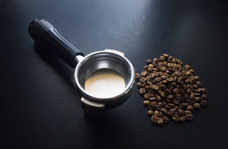 Koffiebonen en Portafilter stock fotografie