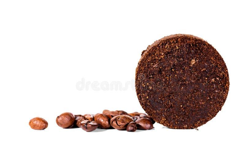 Koffiebonen en rond gedrukt koffiedik voor wit royalty-vrije stock foto's