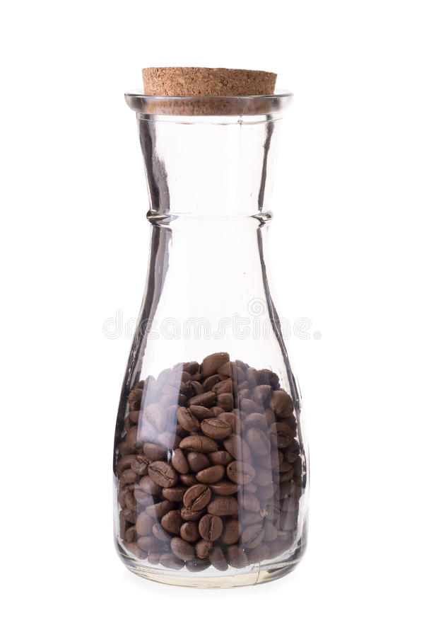 Koffiebonen in glasflessen op een witte achtergrond worden geïsoleerd die stock foto's