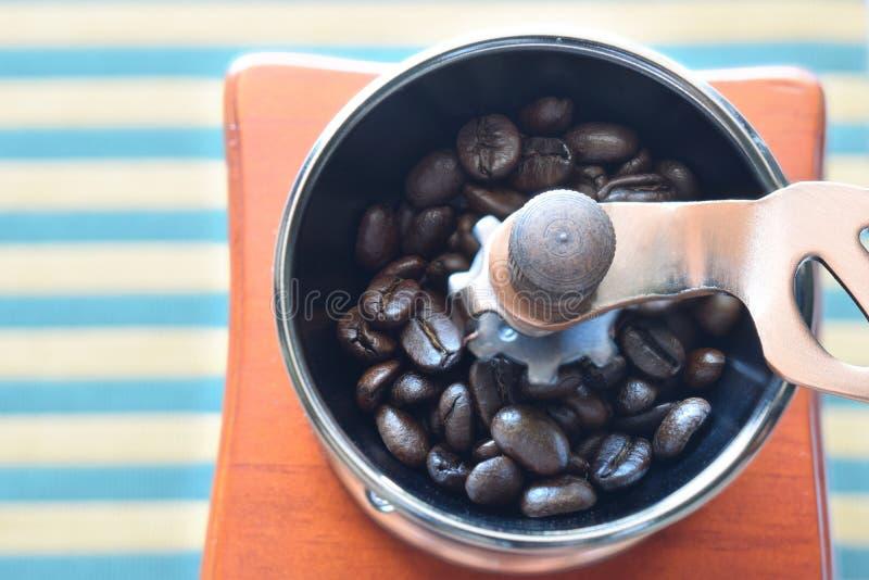 Koffiebonen in handmolen royalty-vrije stock foto