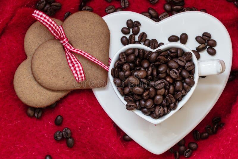 Download Koffiebonen In Hart Gevormd Kop En Dessert Op Rood Stock Afbeelding - Afbeelding bestaande uit bonen, hart: 54091275