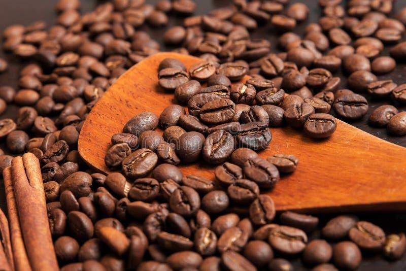 Koffiebonen in houten lepel op bruine lijst royalty-vrije stock foto