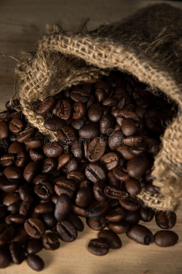 Koffiebonen in jutezak royalty-vrije stock afbeelding