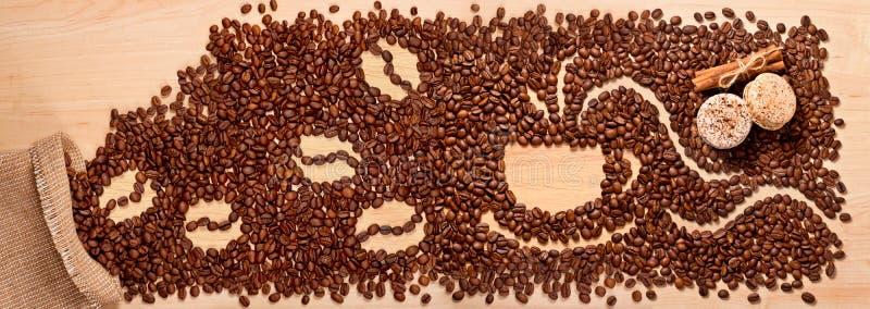 Koffiebonen, kaneel en makarons stock foto
