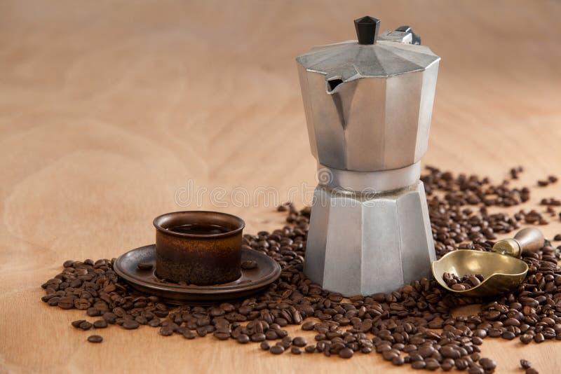 Koffiebonen, koffie, koffiezetapparaat en lepel royalty-vrije stock foto's