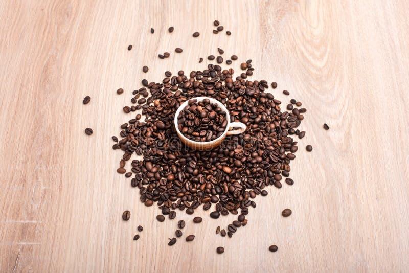 Koffiebonen in kop royalty-vrije stock foto