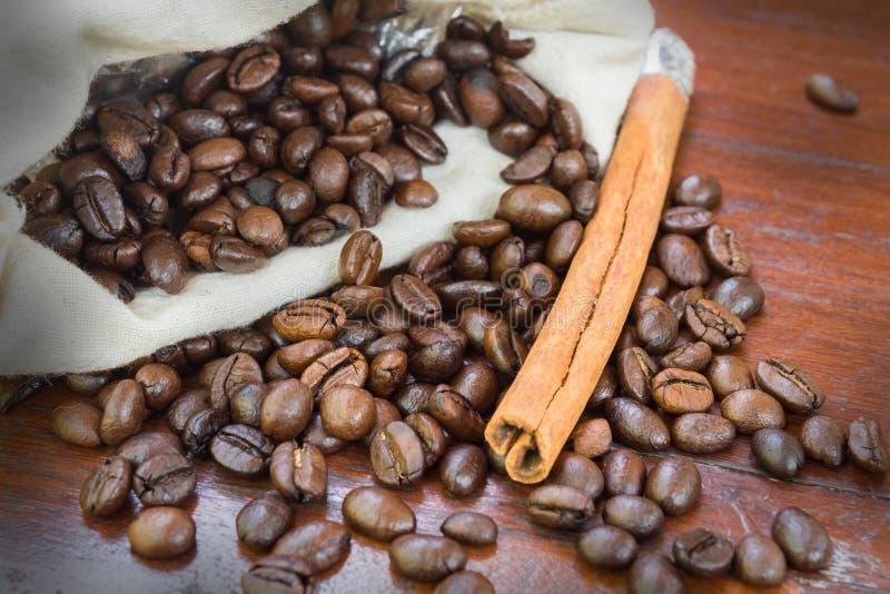 Koffiebonen met kaneel. royalty-vrije stock afbeeldingen