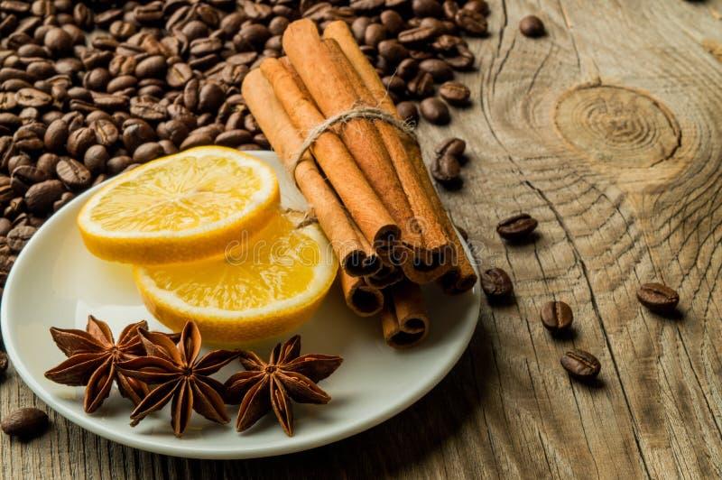Koffiebonen met kaneel en anijsplant en citroen royalty-vrije stock afbeeldingen